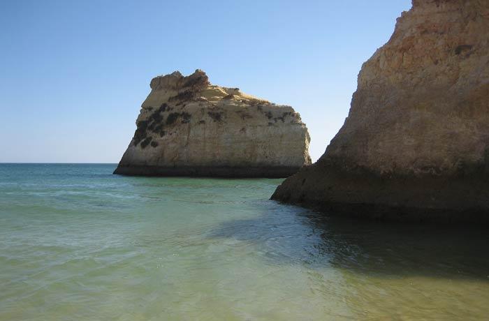 Formaciones rocosas en la playa dos Tres Irmaos mejores playas del Algarve
