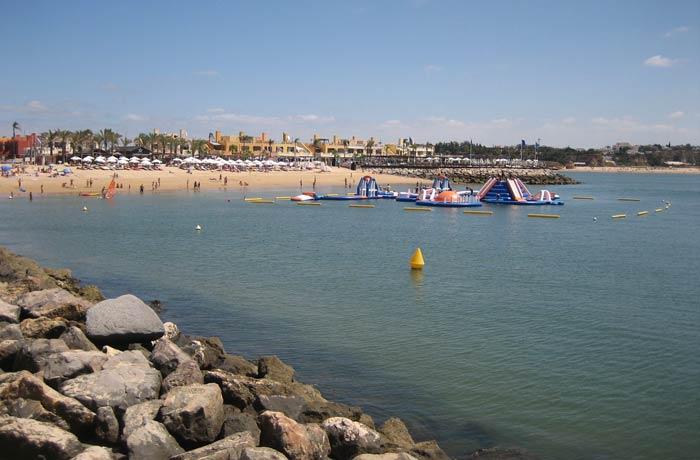 Parque acuático infantil en la playa da Rocha mejores playas del Algarve