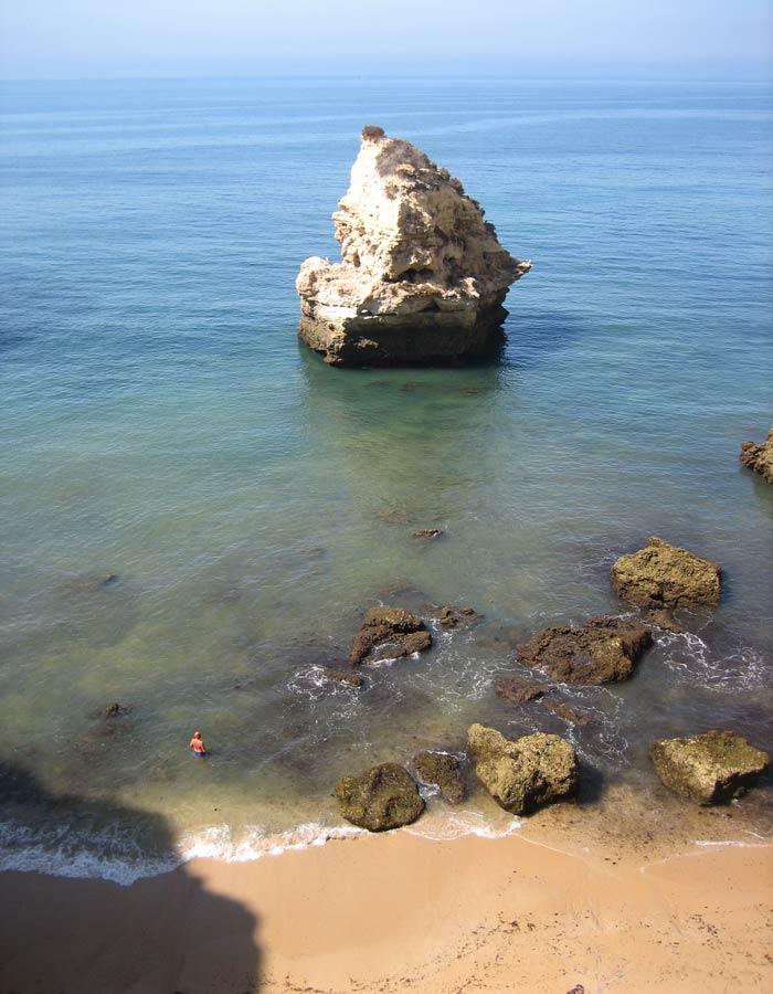 Vista de uno de los rincones de la playa dos Tres Castelos en Portimao mejores playas del Algarve