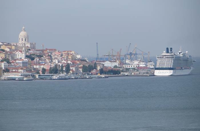 Vista de un crucero y el Panteón Nacional de Lisboa desde Cacilhas