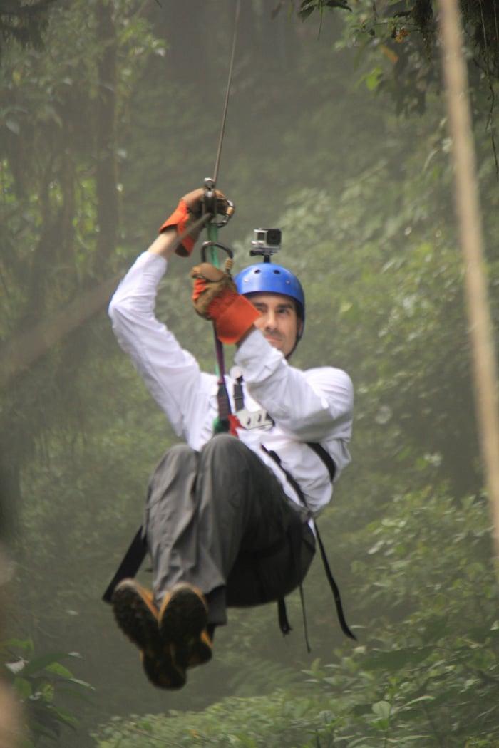 Pablo, en plena acción durante la actividad de canopy en Monteverde
