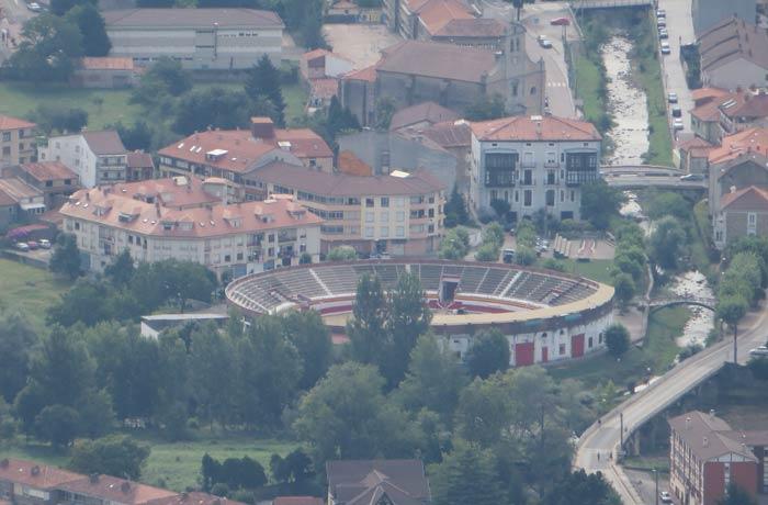 Plaza de toros de Ampuero desde el pico Candiano