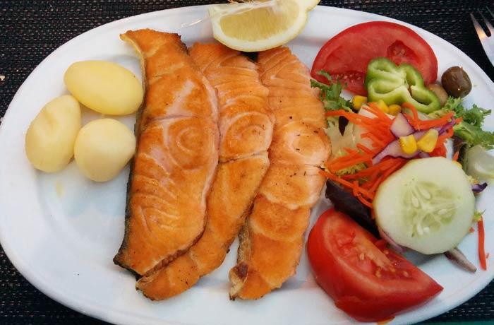 Salmón a la plancha de la Fonda Pepe comer en Formentera