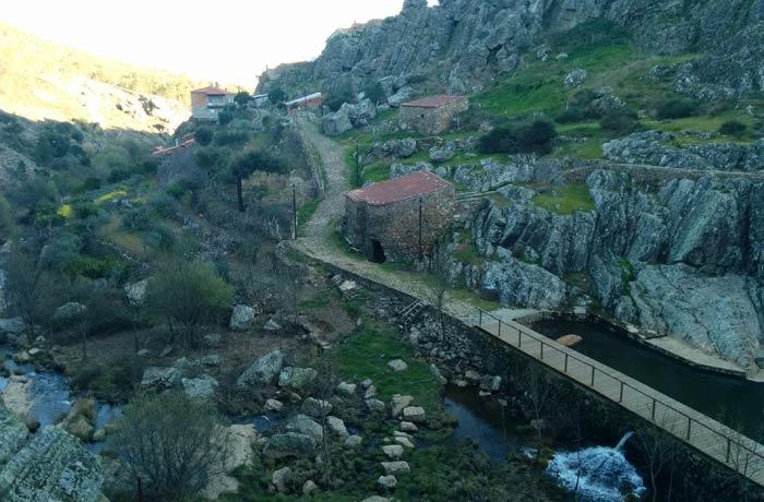 Casas y sendero empedrado de la Ruta de los Fósiles Penha Garcia