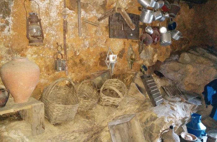 Cestos y recipientes en otra de las casas del recorrido Penha Garcia