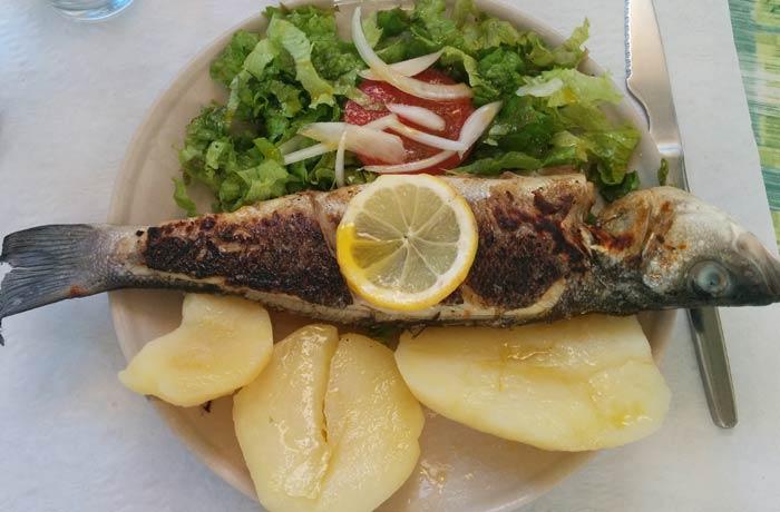Lubina a la brasa de la tasca del Mercado Bolhao comer en Oporto