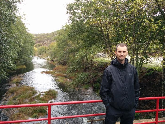 En el puente sobre el río Coa que da acceso a Trutalcôa