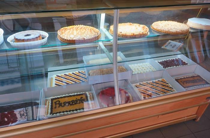 Vitrina con tartas de Torta de Noz en Matosinhos comer en Oporto
