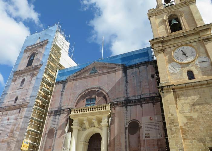Fachada en obras de la Concatedral de San Juan qué ver en La Valeta
