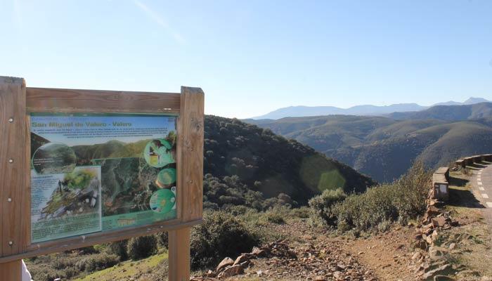Final del Camino de los Trasiegos en la carretera que une San Miguel de Valero con Valero