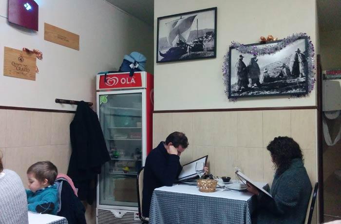 Interior del restaurante A Tasquinha comer en Regua
