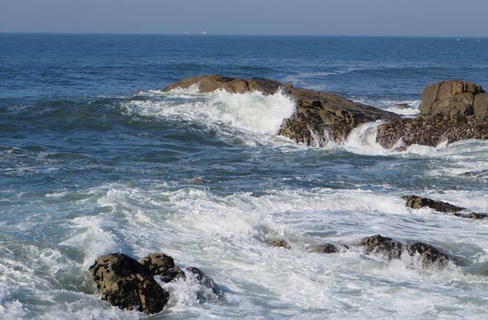 Olas rompiendo junto a algunas rocas desembocadura del Duero