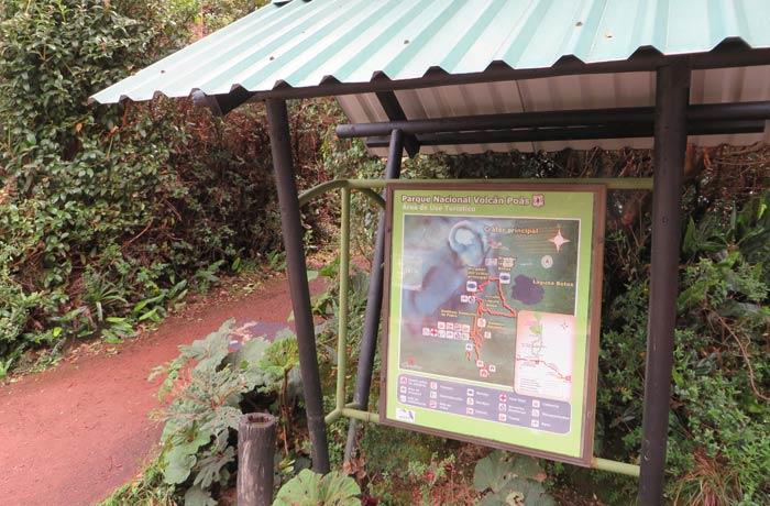 Panel informativo de los senderos del Volcán Poás