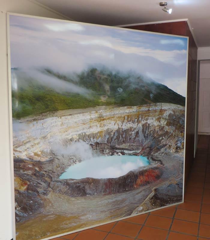 Panel con la imagen del cráter del Volcán Poás en el centro de recepción de visitantes