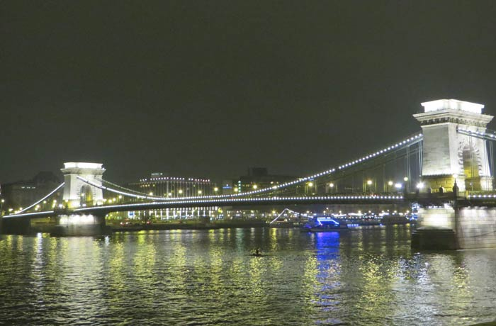 Puente de Las Cadenas iluminado