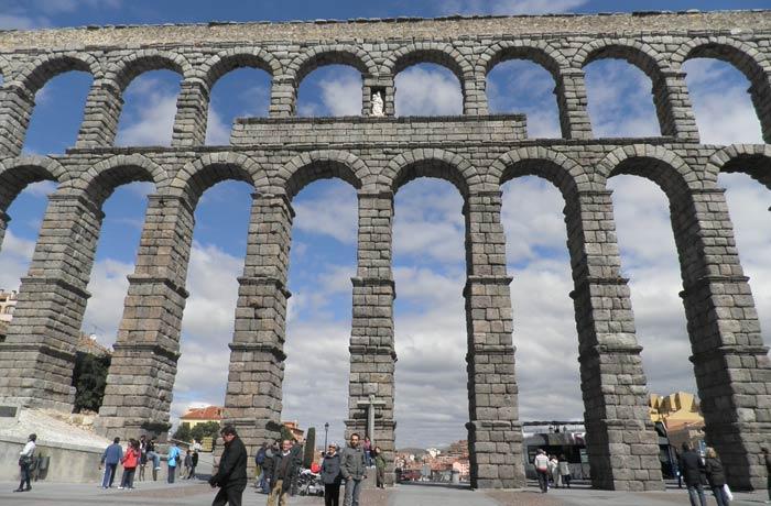 El Acueducto visto desde la plaza del Azoguejo qué ver en Segovia en un día