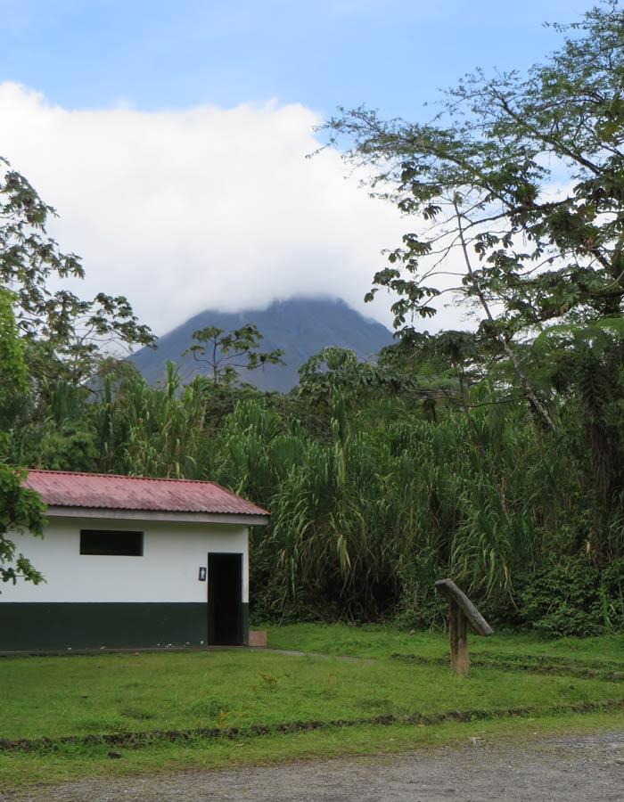 Vista del Volcán Arenal desde la zona de los aseos y el aparcamiento