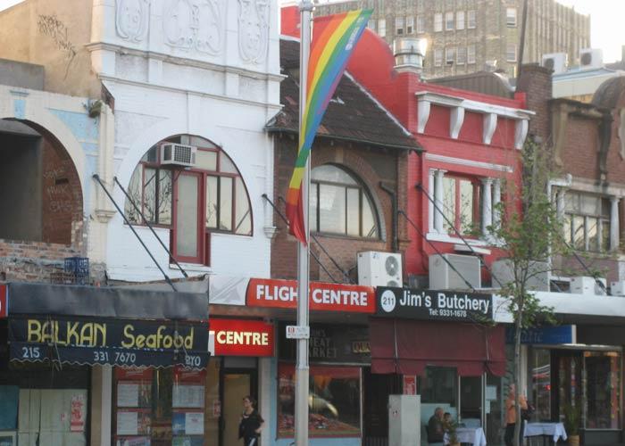 Calle Oxford con una bandera arcoíris qué ver en Sídney
