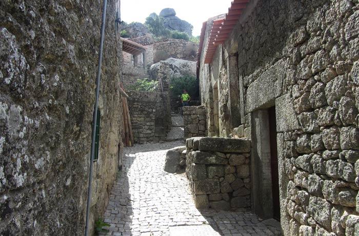 Otra típica calle de Monsanto Portugal
