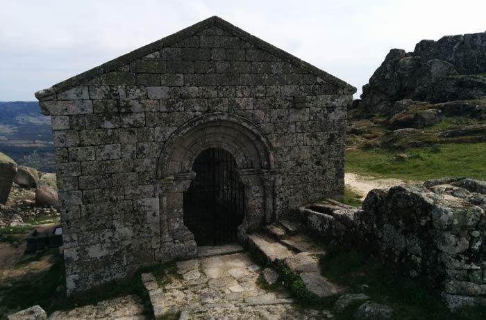 Ruinas de la capilla de San Miguel situadas junto al Castillo de Monsanto Portugal