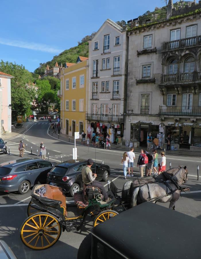 Carruaje en la siempre concurrida plaza de la República qué ver en Sintra