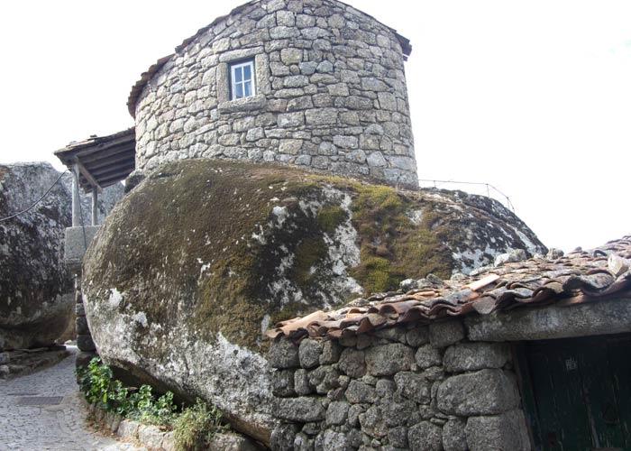 """Otra casa construida encima de una enorme """"bola"""" de granito Monsanto Portugal"""