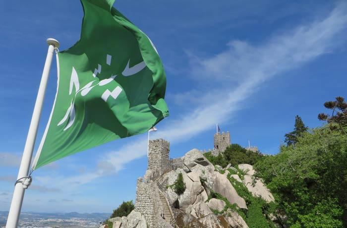 Bandera en la que se puede leer Sintra en árabe en el Castelo dos Mouros