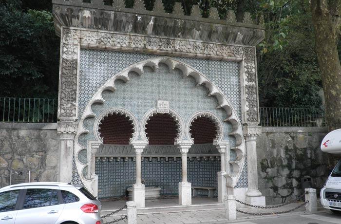 Fuente morisca en la carretera que una la zona de la estación del ferrocarril con el casco antiguo y los palacios qué ver en Sintra