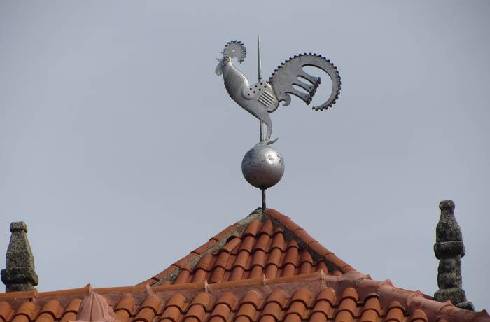 """Gallo de plata en la Torre del Reloj que acredita a Monsanto como la """"Aldea más portuguesa de Portugal"""""""