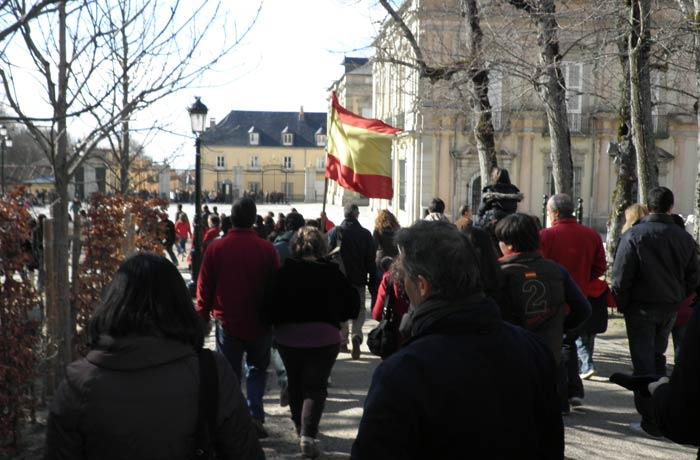 La bandera de España guía a los visitantes de fuente en fuente qué ver en Segovia en un día
