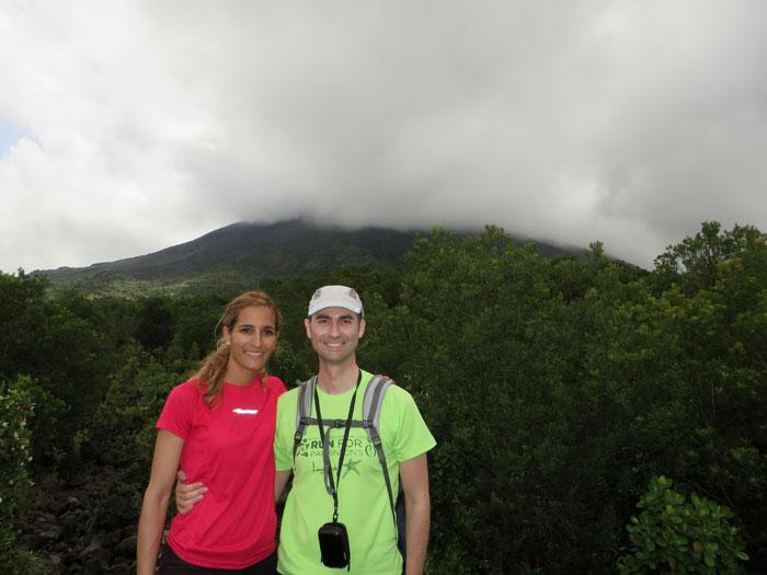 El volcán, prácticamente cubierto por las nubes, desde las coladas Volcán Arenal por libre