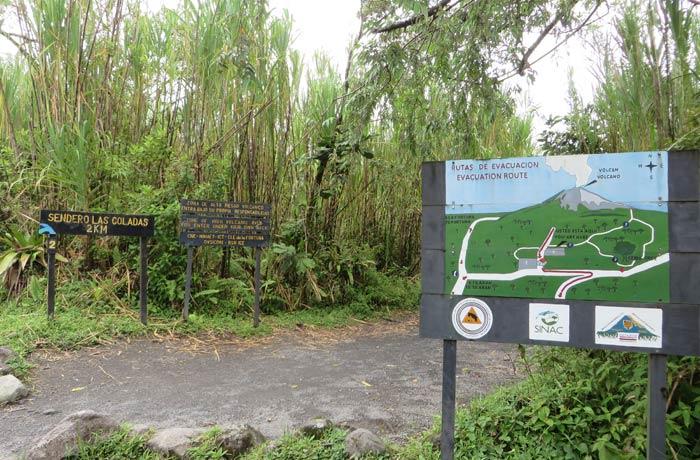 Inicio del sendero de las Coladas y de El Ceibo y cartel con las rutas de evacuación del Volcán Arenal en caso de erupción