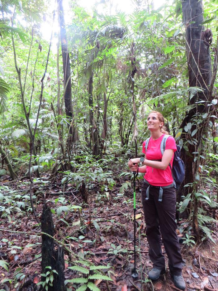 Estefanía, en uno de los senderos del Volcán Arenal por libre