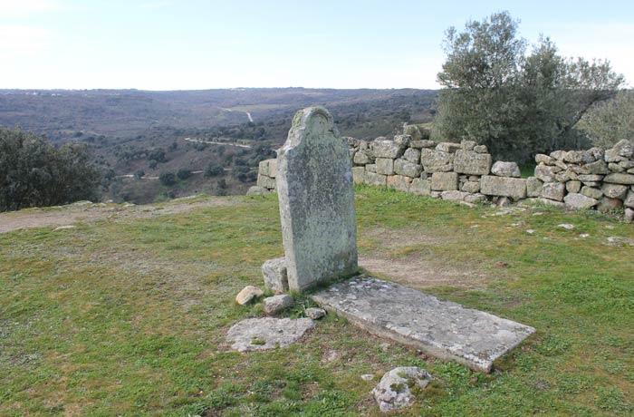 Antigua tumba en el recinto del Castillo Castelo Mendo