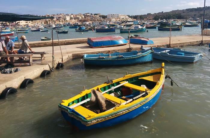 Una de las pequeñas barcas o luzzu que se pueden ver en Marsaxlokk