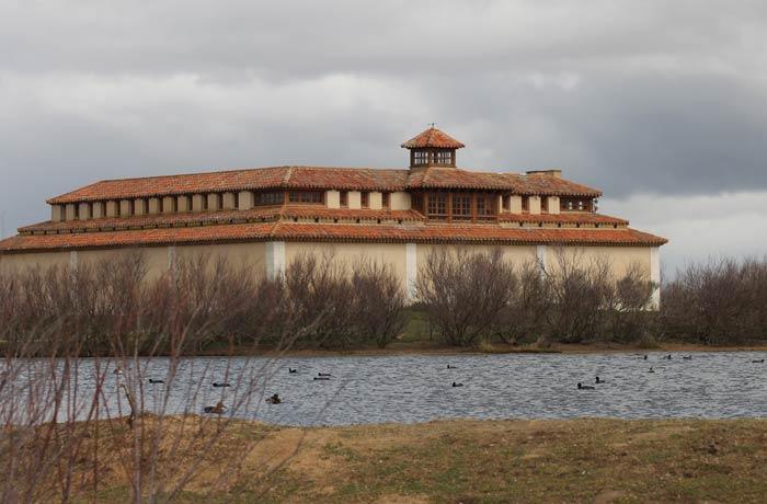 Vista de la Casa del Parque y una de las lagunas artificiales