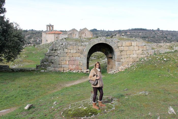 Restos del Castillo con la iglesia al fondo Castelo Mendo