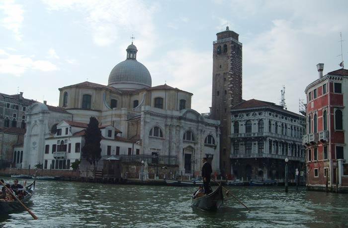 Vista de uno de los canales de Venecia desde la góndola mejores paseos en barco de Europa