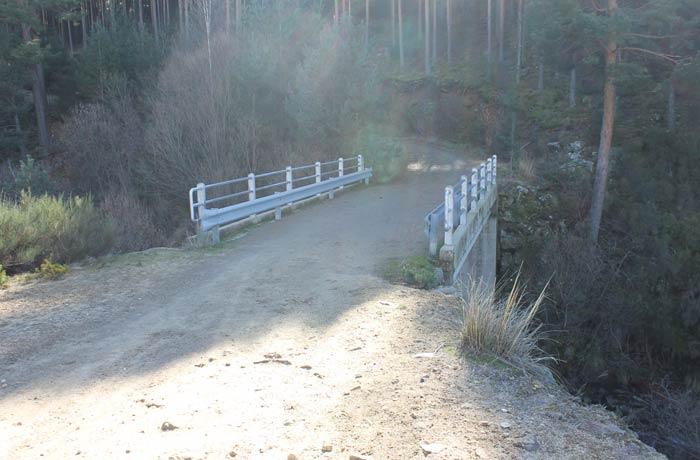 Puente sobre el río del Barquillo. Inmediatamente después de cruzarlo se toma el sendero que sale a la izquierda señalizado con dos montones de piedras
