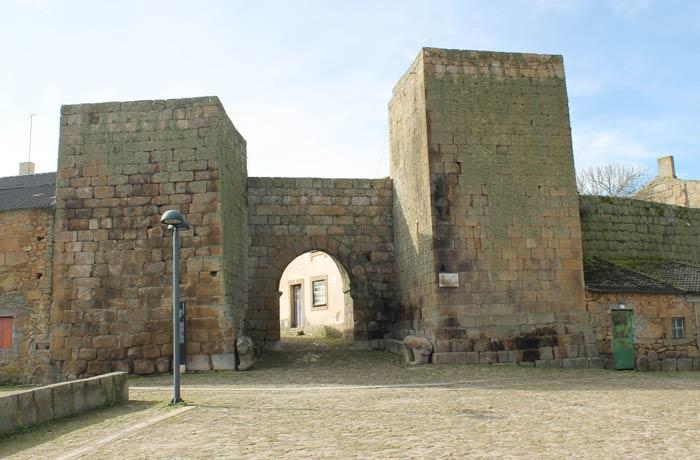 Puerta de entrada a Castelo Mendo y Muralla Castelo Mendo
