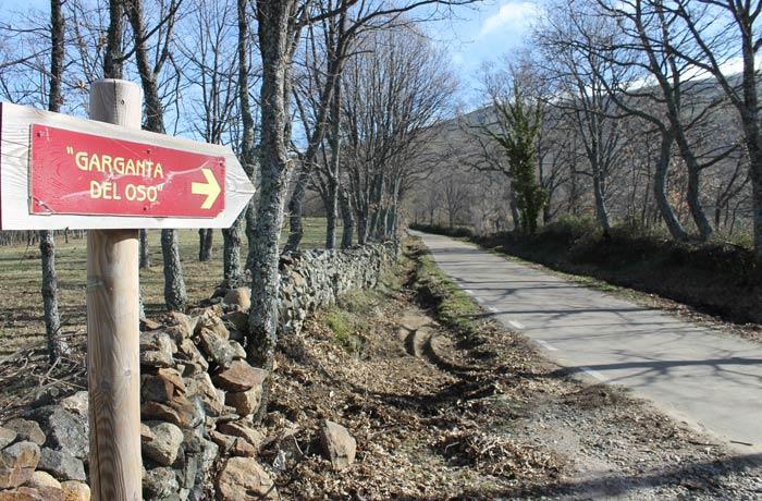 Señalización de la Garganta del Oso en la carretera de Navacarros unos metros antes de que salga la pista forestal a la derecha