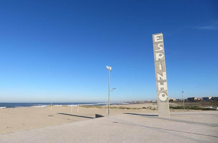 Columna con el nombre de Espinho justo antes del comienzo de la pasarela