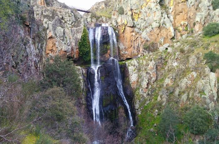 Vista frontal de la Faia da Água Alta en Lamoso cascadas en Portugal