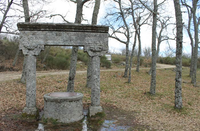 Pozo junto a la ermita Majadas Viejas Camino de las Raíces