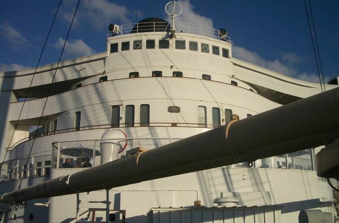 Vista del puente de mando desde la cubierta visitar el Queen Mary