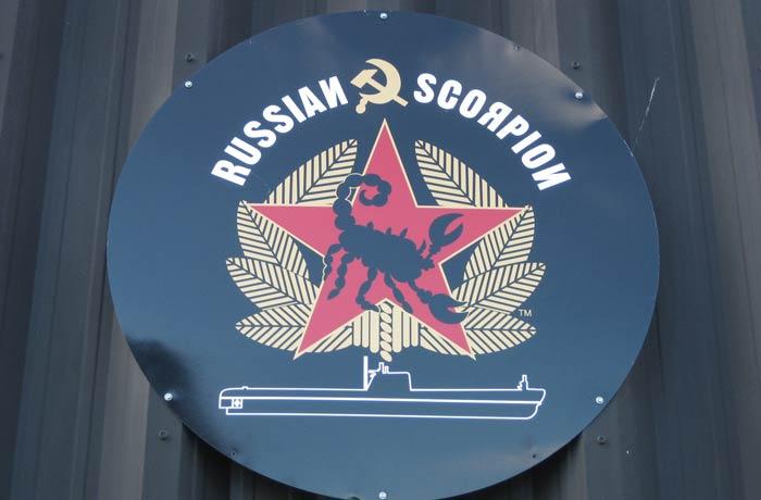 Placa con el nombre del submarino Scorpion y el símbolo comunista de la URSS visitar el Queen Mary