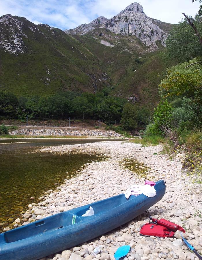 Canoa y paisaje del río Sella