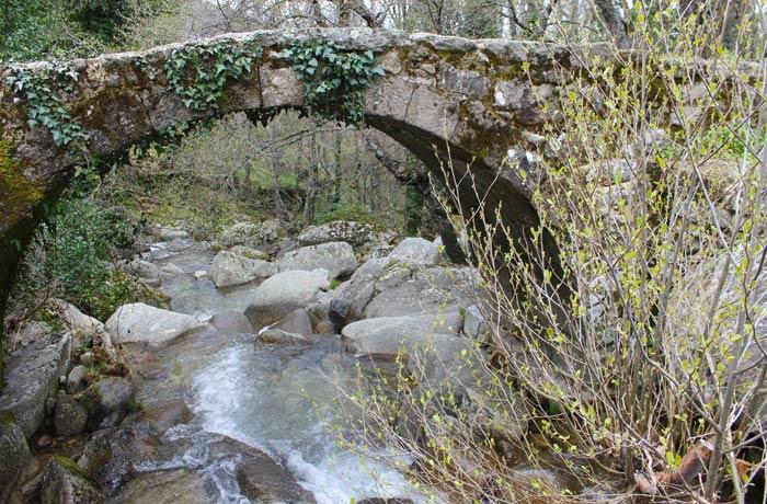 Puente romano de Los Molinillos al lado de la Cascada del Calderón senderismo en el Jerte