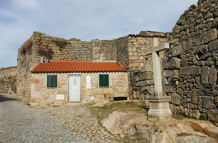 Restos de la muralla de Castelo Bom