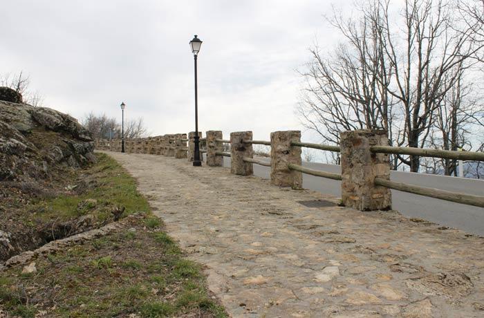 Últimos metros de subida a Piornal por un paseo junto a la carretera que une esta localidad con Valdastillas senderismo en el Jerte